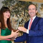 Mónica García recibiendo el premio de manos de Fernando Fernández Kelly, Presidente de la Cámara de Comercio de Oviedo.