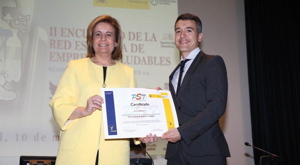 Fátima Báñez, ministra de Empleo y Seguridad Social, entregando el certificado de Promoción para la Salud en el Trabajo a BASF española.