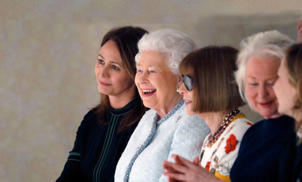 La Reina Isabell II y Caroline Rush (al fondo) durante un desfile.