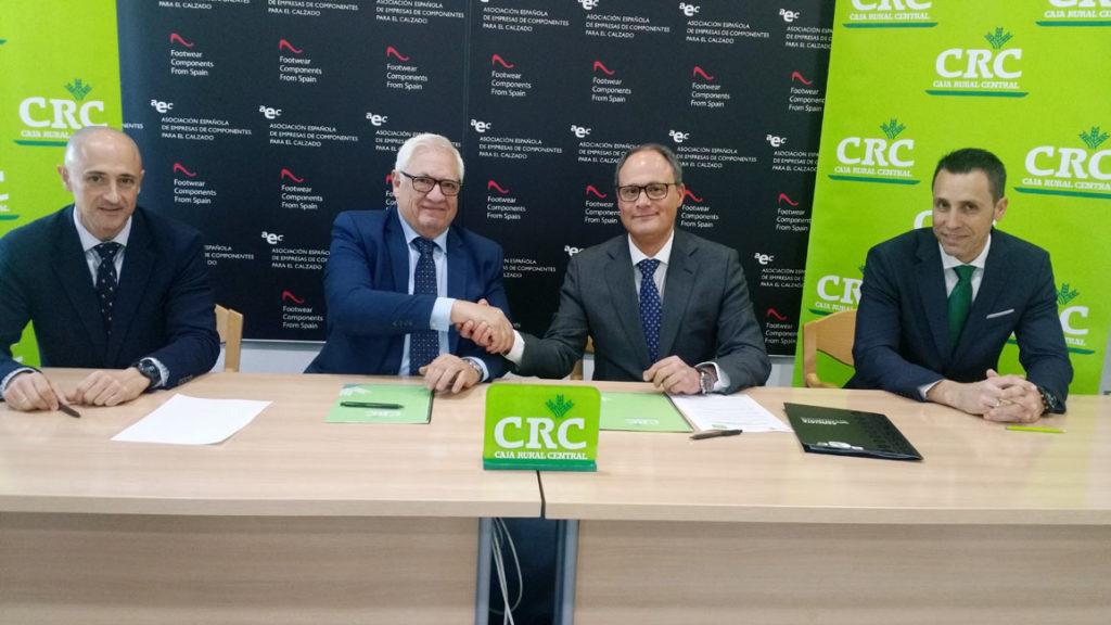 En el centro Manuel Román, presidente de AEC (izq.) y José Víctor Guillén Albarracín (dch.), presidente de Caja Rural durante la firma del acuerdo.