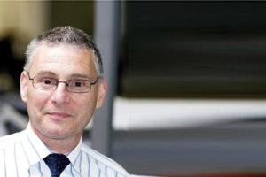 Austin Simmons, presidente ejecutivo de Satra, se jubila